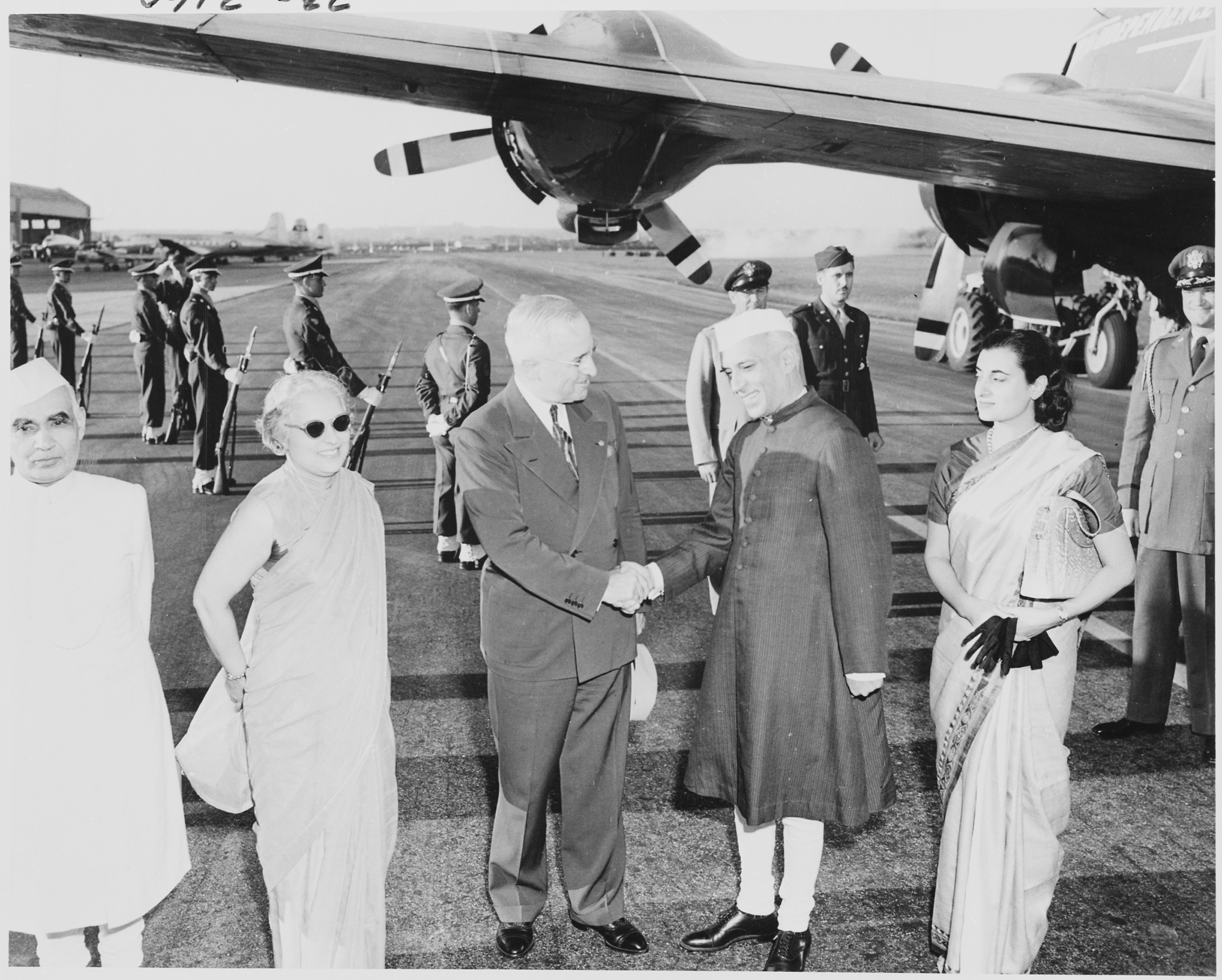 photograph_of_president_truman_shaking_hands_with_the_prime_minister_of_india_jawaharlal_nehru_upon_nehrus_arrival-_-_nara_-_200153