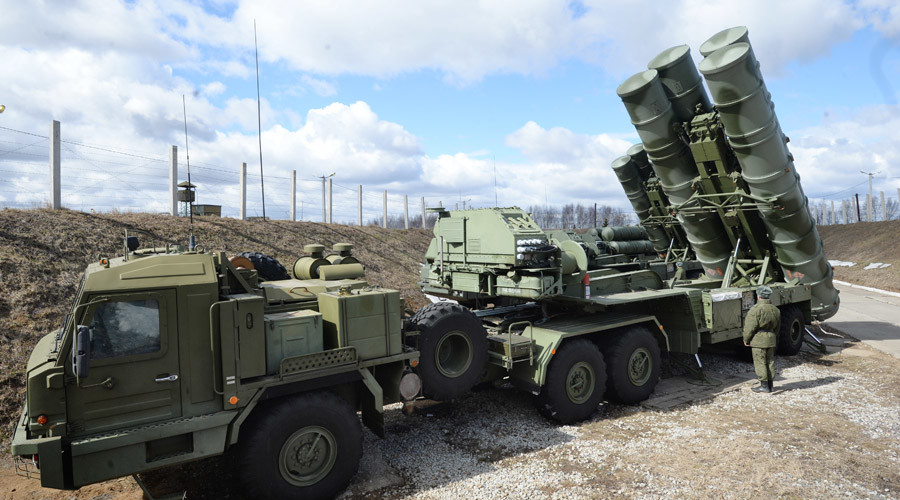 "2602991 04/09/2015 An S-400 ""Triumf"" antiaircraft missile system is among other Defense Ministry's air defense missile battalions put on combat alert in the Moscow Region. Kirill Kallinikov/Sputnik"